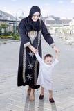 Muzułmanin matka uczy dziecka spacer Obraz Royalty Free