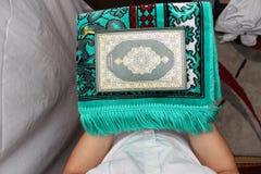 Muzułmańscy mężczyzna Czyta Świętego Islamskiego Książkowego Koran Zdjęcia Royalty Free