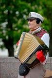 Muzycy bawić się akordeon zdjęcie royalty free