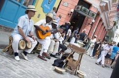 Muzycy bawić się na ulicie Hawański, Kuba zdjęcia royalty free