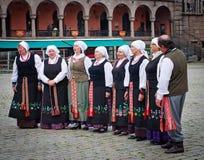 Muzycy garbed w okresów kostiumów wykonywać Fotografia Stock