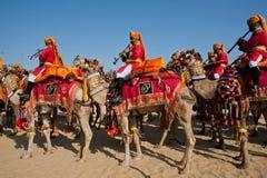 Muzycy iść kolorowy wielbłąd Dezerterują festiwal Obrazy Stock