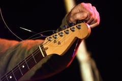 Muzycy wręczają nastrajają gitarę elektryczną na scenie Zdjęcie Royalty Free
