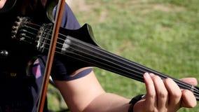 Muzyczna pasja, hobby pojęcie Zamyka w górę młodego człowieka mężczyzna ubieram elegancko bawić się na drewnianym skrzypce zbiory