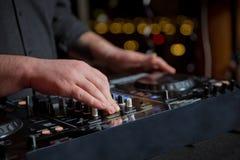 Muzyczni pojęcia DJ jest rytmu muzyką z kontrolerem i melanżerem DJ bawić się piosenkę przy przyjęciem Potomstwa przystosowywają  obraz stock