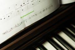 Muzyczni prześcieradła i pianino Obraz Stock