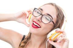 Muzyczny nastolatek dziewczyny taniec z headhpone zdjęcie stock