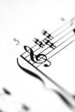Muzyczny wynika prześcieradło z ostrością na Clef fotografia royalty free
