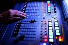 Muzyczny wyrównywacz jest przyrządem który w wykwalifikowanych rękach pracować cudy przy reklamować koncerty wyrównujących w nied obraz stock