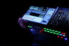 Muzyczny wyrównywacz jest przyrządem który w wykwalifikowanych rękach pracować cudy przy reklamować koncerty wyrównujących w nied obrazy stock