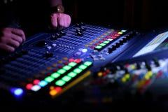 Muzyczny wyrównywacz jest przyrządem który w wykwalifikowanych rękach pracować cudy przy reklamować koncerty wyrównujących w nied obraz royalty free