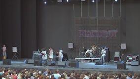 Muzyczny zespół wykonuje na scenie _ koncert tłumów fanem żyją 100f 2 8 28 al 301 kamera wieczorem f fujichrome nikon s leci film zdjęcie wideo