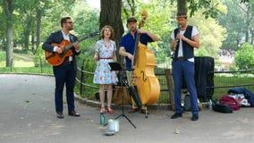 Muzyczny zespół w Ð  utumn central park zbiory wideo