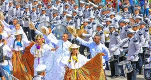 Muzyczny zespół z tancerzami w tradycyjnym smokingowym Panama Obraz Stock