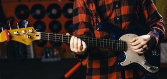 Muzyk, artysta sztuki gitary elektrycznej instrument muzyczny Męskie ręki trzymają gitarę, sztuki muzyka w świetlicowej atmosferz Fotografia Royalty Free