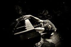 Muzyk bawić się pianino dramatycznie obraz stock