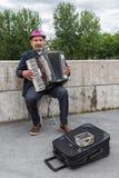 Muzyk bawić się akordeon blisko rzecznego wontonu w Paryż, Francja obraz royalty free