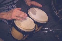 Muzyk bawić się bongo Obraz Royalty Free