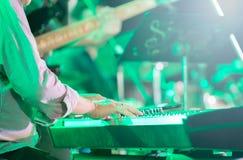 Muzyk bawić się elektroniczną klawiaturę, selekcyjna ostrość Fotografia Stock