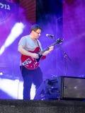 Muzyk bawić się gitarę na ulicznej scenie przy świętowaniem dzień miasto Nahariya w Izrael Obrazy Royalty Free