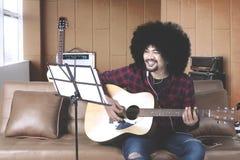 Muzyk bawić się gitarę w studiu nagrań zdjęcie stock