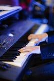 Muzyk bawić się klawiaturę Obrazy Stock