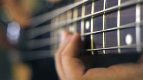 Muzyk bawić się muzykę rockową na elektrycznej basowej gitarze zbiory