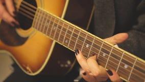 Muzyk bawić się na gitarze zdjęcie wideo