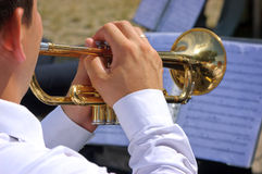 Muzyk bawić się na trąbce Zdjęcie Royalty Free