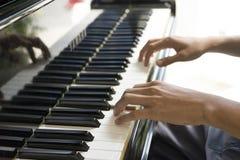 Muzyk bawić się pianino Obrazy Stock