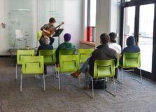 Muzyk bawić się przy studenckim sztuki przedstawieniem Zdjęcia Stock