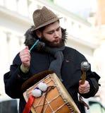 muzyk bawić się w rocznym tradycyjnym lithuanian festiwalu Uzgavenes, karnawał w lithuanian stylu na Feb 7, 2016 w Vilnius, Zaświ Obraz Royalty Free
