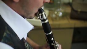 Muzyk komponuje melodię dla fleta zbiory wideo