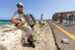 Muzyk na nabrzeżu bawić się akordeon zdjęcia stock