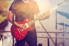 Muzyk na scenie bawić się na gitarze Obrazy Royalty Free
