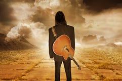Muzyk patrzeje w odległość obraz royalty free