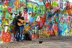 Muzyk Przy John Lennon ścianą Fotografia Stock