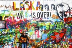 Muzyk Przy John Lennon ścianą, Praga Zdjęcia Royalty Free