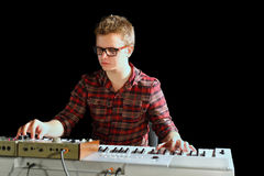 Muzyk siedzi elektrycznego organ i bawić się obrazy royalty free