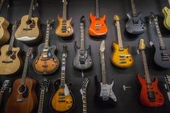 Muzyk Sklepowe gitary obraz royalty free
