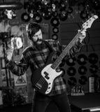 Muzyk sztuki gitara elektryczna Muzyk, lider, solista, piosenkarz sztuki gitara w muzyka klubie na tle Skała Fotografia Stock