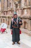 Muzyk w obywatel odzieżowych sztukach pozy, kobza i - Jerash, Gera Romański miasto w ruinach w Południowym Theatre z turystą obraz stock