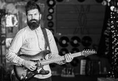 Muzyk z brody sztuki gitarą elektryczną Muzyki Rockowej pojęcie Mężczyzna z surową twarzy sztuki gitarą, śpiewacka piosenka, sztu Zdjęcie Stock