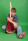 Muzyk z starą gitarą Fotografia Royalty Free