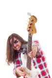 Muzyk z twarzy wyrażeniem bawić się elektryczną basową gitarę Zdjęcia Royalty Free