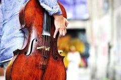 Muzyk z wiolonczelowym instrumentem obraz stock