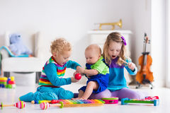 Muzyka dla dzieciaków, dzieci z instrumentami Zdjęcie Royalty Free