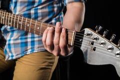 Muzyka i sztuka Gitara elektryczna w rękach gitarzysta na czarnym odosobnionym tle, gra gitara Horyzontalna rama Zdjęcia Royalty Free