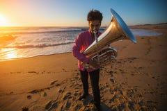 Muzyka instrumentalista bawić się Tuba na dennego wybrzeża hobby obraz royalty free