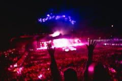 Muzyka koncert z światłami i sylwetką kobieta cieszy się koncert Dziewczyn ręki przy koncertem, kochający artysty i festiv Zdjęcia Royalty Free